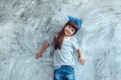 在灰色T恤杉的模型在街道墙壁 库存照片