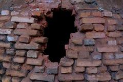在灰隐蔽的砖火炉的孔 免版税库存图片