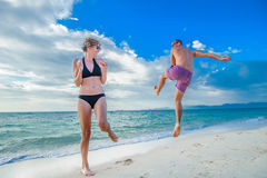 在灵魂的童年:跳跃两三个的30岁的人和 免版税库存照片
