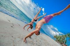在灵魂的童年:跳跃两三个的30岁的人和 免版税库存图片
