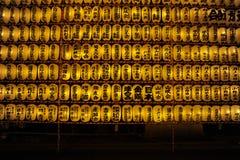 在灵魂节日& x28期间的光亮的奉献的灯笼; Mitama Matsuri& x29;在靖国神社在有日本书法的东京 库存图片