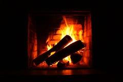 在灼烧的壁炉的火在冬天特写镜头 免版税库存照片
