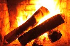 在灼烧的壁炉的火在冬天特写镜头 库存图片