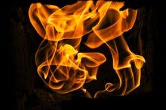 在灼烧的火的美好的惊人的看法发火焰在石火炉  免版税库存照片