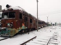 在灾害和军事行动以后的设备 客车烧光 背景教练减速火箭的运输白色 天气情况 库存照片