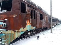 在灾害和军事行动以后的设备 客车烧光 背景教练减速火箭的运输白色 天气情况 免版税库存图片