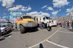 在灾害medici巨大的轮子的一辆耐震车Kerzhak  库存照片