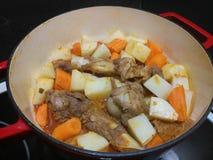 在炖煮的食物的煮熟的羊羔 免版税库存照片