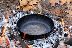在炭烬的煎锅 库存照片