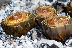 在炭烬BBQ的朝鲜蓟 库存图片