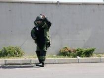 在炸弹衣服的一个未爆弹处理代理在市索非亚解除在恐怖分子里面汽车的一颗炸弹武装, Bulga 库存照片