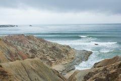 在点Fabril海滩的小小海湾,在葡萄牙中央西部海岸的Peniche和Serra d'El Rei (Beach国王的)之间 图库摄影