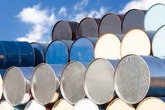 在炼油厂区域的油桶 免版税库存图片