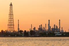 在炼油厂河前面的日出口气 免版税库存照片
