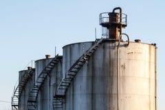 在炼油厂的储存箱 免版税库存照片