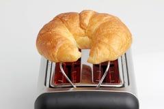 在炽热多士炉的一个新月形面包 免版税图库摄影