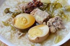 在烂醉如泥的大白菜和猪肉骨头汤顶部蛋选矿的煮沸的米油煎了辣椒酱 图库摄影