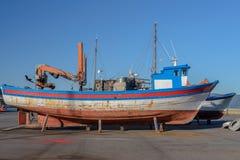 在烘干的岸的老木渔船 免版税库存照片