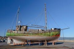 在烘干的岸的老木渔船 图库摄影