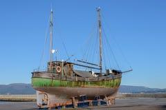 在烘干的岸的老木渔船 免版税图库摄影