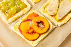 在烘烤前的果子甜饼 免版税库存图片