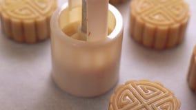 在烘烤前的自创广东月饼-做与塑造的妇女模子的欢乐酥皮点心在传统节日的烘烤的盘子 影视素材