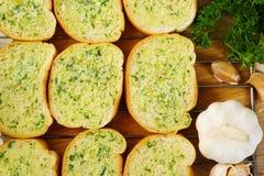 在烘烤前的蒜味面包 免版税图库摄影