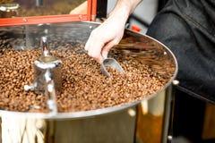 在烘烤器机器的咖啡豆 图库摄影