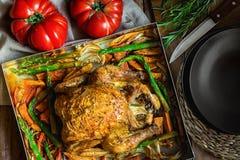 在烘烤形式薯类红萝卜芦笋葱草本罗斯玛丽麝香草的自创烤被充塞的鸡菜 欢乐的正餐 免版税库存图片