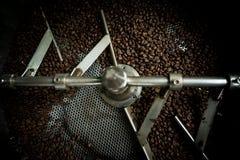 在烘烤机器,阿拉伯咖啡的咖啡豆烤了咖啡,颜色vi 免版税库存图片