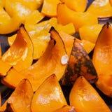 在烘烤的明亮的橙色南瓜烘烤了用蜂蜜 免版税库存图片