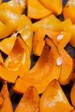 在烘烤的明亮的橙色南瓜烘烤了用蜂蜜 图库摄影
