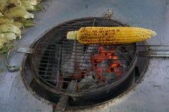 在烘烤的玉米 免版税图库摄影