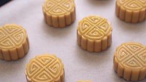 在烘烤的盘子的自创广东月饼酥皮点心在烘烤传统节日的前 股票录像