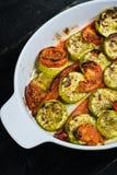 在烘烤的盘的被烘烤的菜,夏南瓜、甜椒和夏南瓜 库存照片