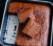 在烘烤盘子的新近地被烘烤的巧克力果仁巧克力 免版税图库摄影