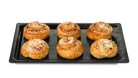 在烘烤盘子的桂香小圆面包 免版税库存照片