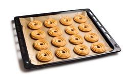 在烘烤盘子的甜圆环饼干 库存图片