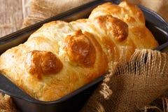 在烘烤盘特写镜头的新鲜奶油蛋卷面包 水平 免版税库存图片