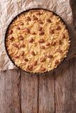 在烘烤盘的意大利杏仁蛋糕Sbrisolona 垂直的上面竞争 免版税图库摄影