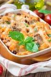 在烘烤盘的意大利通心面博洛涅塞 面团砂锅用肉末、西红柿酱和乳酪,垂直 库存图片