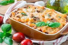 在烘烤盘的意大利通心面博洛涅塞 面团砂锅用肉末、西红柿酱和乳酪,水平 免版税库存照片