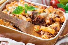 在烘烤盘的意大利通心面博洛涅塞 面团砂锅用肉末、西红柿酱和乳酪,水平 库存图片