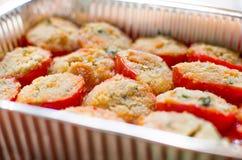 在烘烤盘的蕃茄焦干酪 免版税库存照片