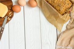 在烘烤盘的蛋、乳酪和自创面筋免费甜面包在轻的白色木背景 农村厨房或面包店- 免版税库存照片