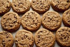 在烘烤纸的巧克力曲奇饼 免版税库存图片