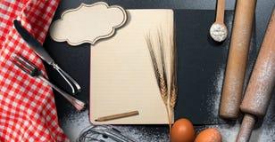 在烘烤背景的空的食谱书 免版税库存图片