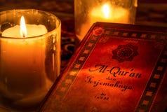在烛光下的圣洁古兰经 库存图片