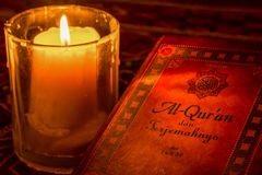 在烛光下的圣洁古兰经 库存照片