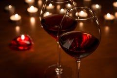 在烛光的葡萄酒杯 免版税库存照片